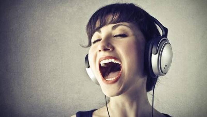 https: img-k.okeinfo.net content 2018 10 19 481 1966421 cara-mendengarkan-suara-dari-earphone-agar-tak-alami-gangguan-telinga-VD36UU6GLX.jpg