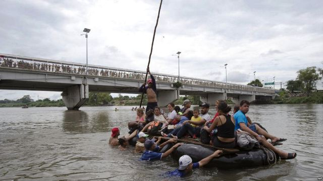 https: img-k.okeinfo.net content 2018 10 22 18 1967101 sejumlah-migran-nekat-berenang-naik-rakit-untuk-masuk-ke-amerika-EF0YoUwRlU.jpg
