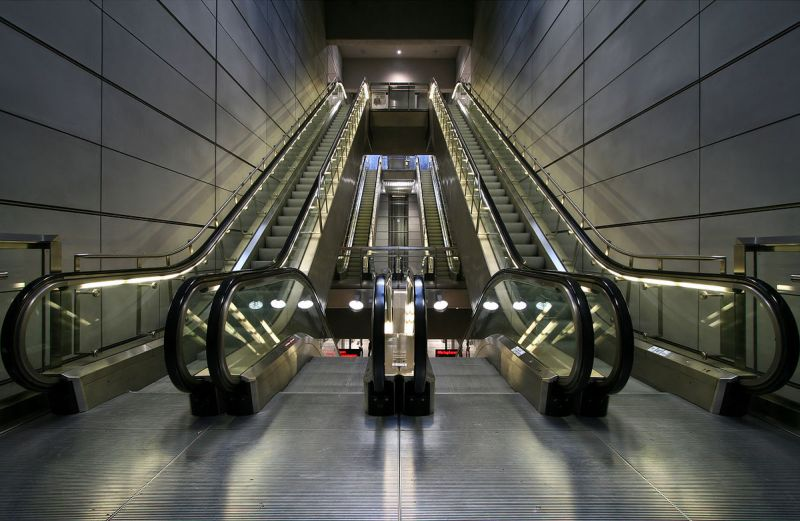 https: img-k.okeinfo.net content 2018 10 23 196 1967689 pria-ini-naik-eskalator-dengan-kaki-melayang-begini-caranya-Q5SmxFmekz.jpg