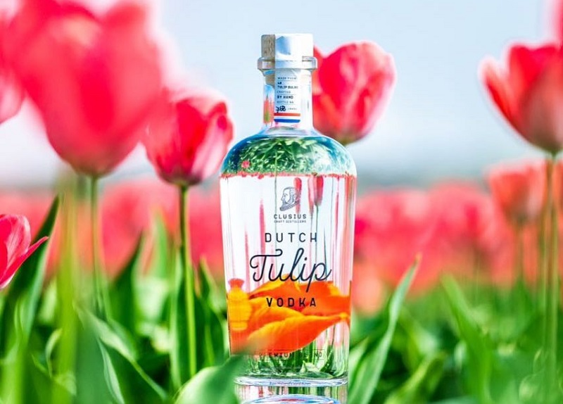 https: img-k.okeinfo.net content 2018 10 23 298 1968025 kini-ada-vodka-berbahan-dasar-bunga-tulip-intip-proses-penyulingannya-ejXk7ci5na.jpg