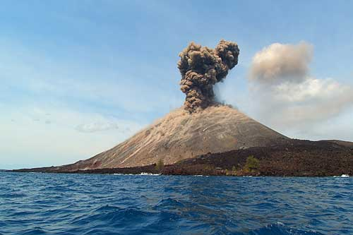 https: img-k.okeinfo.net content 2018 10 24 340 1968163 gunung-anak-krakatau-alami-336-kegempaan-letusan-IVKWpcZzRB.jpg