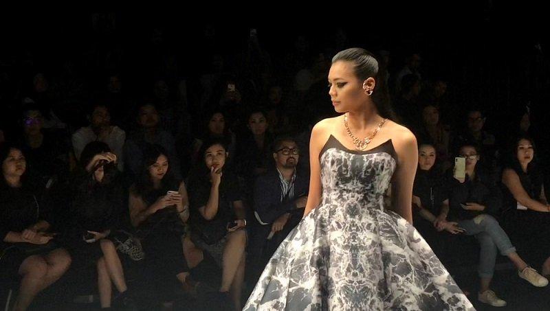 https: img-k.okeinfo.net content 2018 10 26 194 1969577 miss-indonesia-alya-nurshabrina-bangga-bisa-tampil-di-panggung-jfw-2019-rJuZvMBNqs.jpg