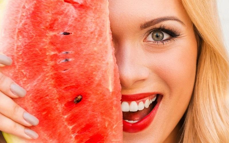 https: img-k.okeinfo.net content 2018 10 30 194 1970873 selain-dimakan-semangka-bisa-bikin-kulit-wajah-cerah-hingga-hilangkan-keriput-QQzno1XqFG.jpg
