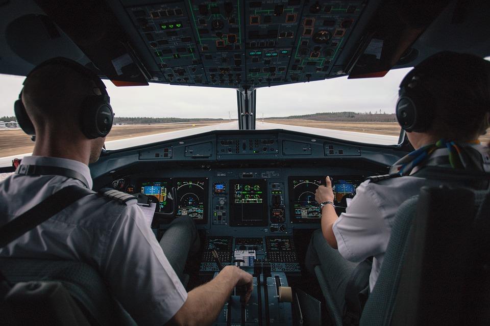 https: img-k.okeinfo.net content 2018 10 30 406 1970761 jangan-panik-dalam-keadaan-darurat-penumpang-pun-bisa-mendaratkan-pesawat-terbang-G5UgJdxhER.jpg