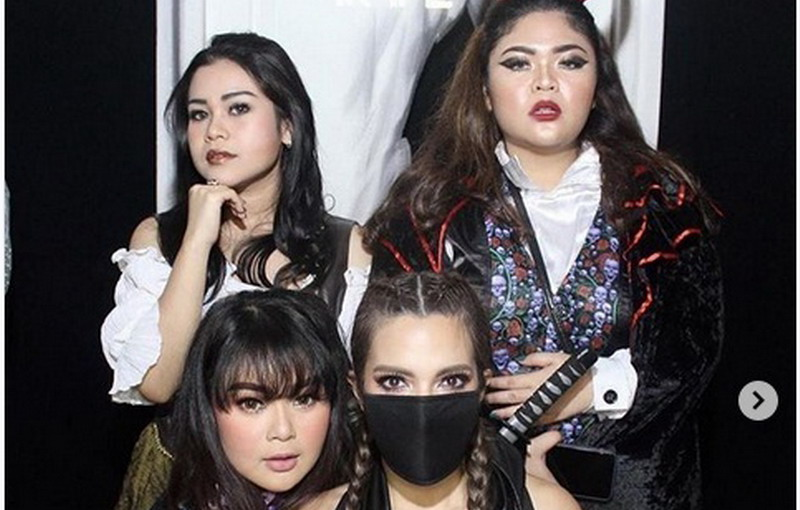 https: img-k.okeinfo.net content 2018 10 31 33 1971308 sambut-halloween-nia-ramadhani-dan-girl-squad-tampil-dengan-kostum-seksi-dnlIM5ZEo1.jpg