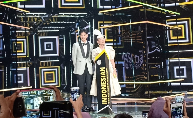 https: img-k.okeinfo.net content 2018 10 31 598 1971716 ayu-dewi-gombali-cha-eun-woo-di-panggung-indonesia-television-awards-GxGSCeV3Pr.jpg