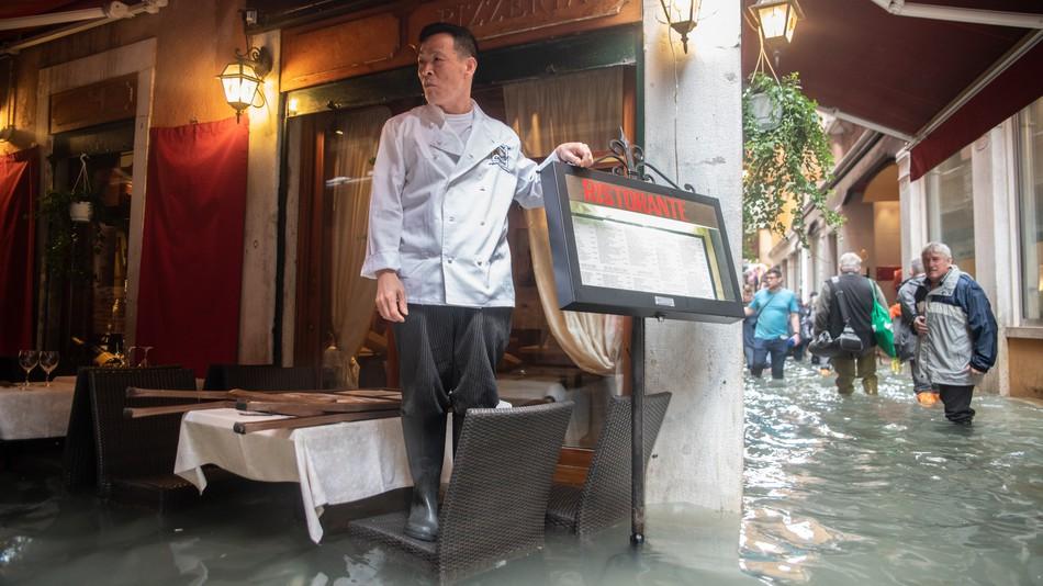 https: img-k.okeinfo.net content 2018 11 01 298 1972092 dilanda-banjir-hebat-restoran-pizza-di-venisia-tetap-beroperasi-HV1jsT4IJP.jpg