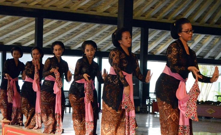 https: img-k.okeinfo.net content 2018 11 03 510 1972962 kunjungan-kebudayaan-2-putri-sultan-hb-x-bakal-menari-di-amerika-serikat-g9nBFFpN8P.JPG