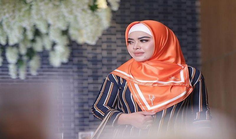 https: img-k.okeinfo.net content 2018 11 06 194 1973956 padu-padan-hijab-dengan-item-mahal-ala-aisyahrani-nggak-kalah-kece-badai-dari-syahrini-PMWzny1sJZ.jpg