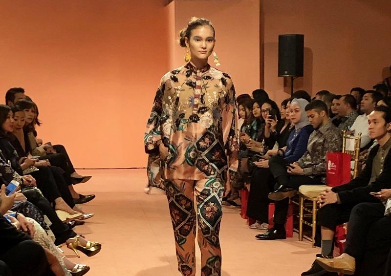 https: img-k.okeinfo.net content 2018 11 07 194 1974418 nuansa-tradisional-dan-modern-menyatu-pada-printing-dan-lace-outfit-zmtcV62UuC.jpg
