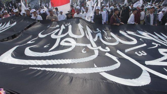 https: img-k.okeinfo.net content 2018 11 08 337 1974908 mengapa-bendera-hitam-bertuliskan-kalimat-tauhid-di-saudi-dianggap-musuh-pemerintah-QDOwNvivst.jpg