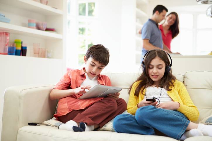 https: img-k.okeinfo.net content 2018 11 08 481 1974990 catat-anak-anak-yang-kecanduan-ponsel-bisa-berisiko-kanker-oTyFzd8MAo.jpg