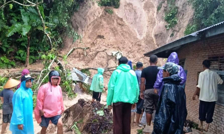https: img-k.okeinfo.net content 2018 11 09 340 1975709 banjir-dan-longsor-landa-beberapa-wilayah-sumbar-dua-orang-tewas-QjfSTjt4M5.jpg