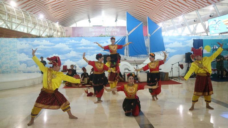 https: img-k.okeinfo.net content 2018 11 11 340 1976140 musik-nasional-kostum-pahlawan-hibur-penumpang-di-bandara-makassar-doCUeIM90j.jpg