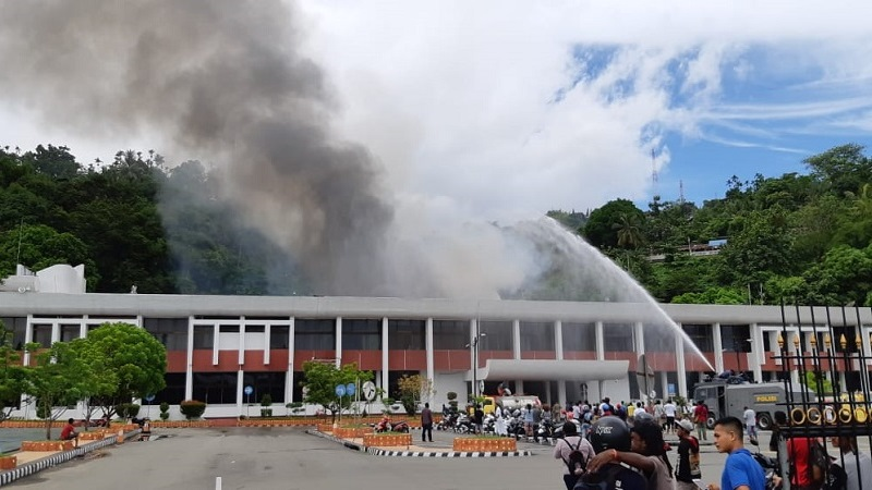 https: img-k.okeinfo.net content 2018 11 11 340 1976270 kantor-gubernur-papua-terbakar-gedung-sasana-krida-jayapura-hangus-03zMMWj99t.jpg