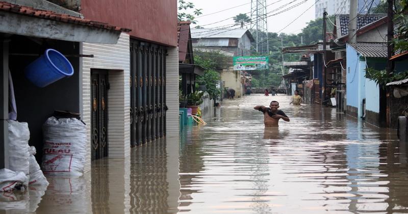 https: img-k.okeinfo.net content 2018 11 13 610 1977068 banjir-parah-terjang-sejumlah-titik-di-kota-palembang-GP9BJXUomW.jpg