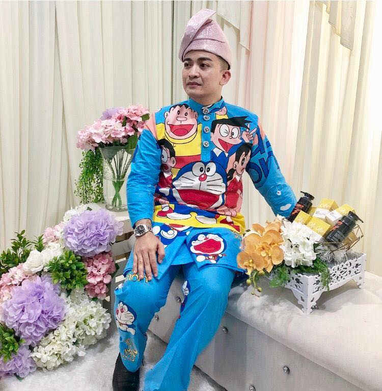 https: img-k.okeinfo.net content 2018 11 23 194 1981637 pernikahan-pria-asal-malaysia-jadi-viral-setelah-mempelai-pria-pakai-baju-pengantin-doraemon-aAPQmUKHWA.jpg