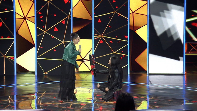 https: img-k.okeinfo.net content 2018 11 23 598 1981519 di-panggung-the-voice-indonesia-peserta-ini-dilamar-kekasihnya-EowBgoMUTp.jpg
