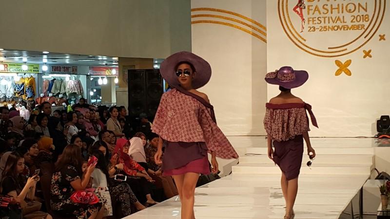 https: img-k.okeinfo.net content 2018 11 26 194 1982926 batik-berpotongan-kasual-untuk-pakaian-pesta-generasi-milenial-NNXWdMcmZL.jpg