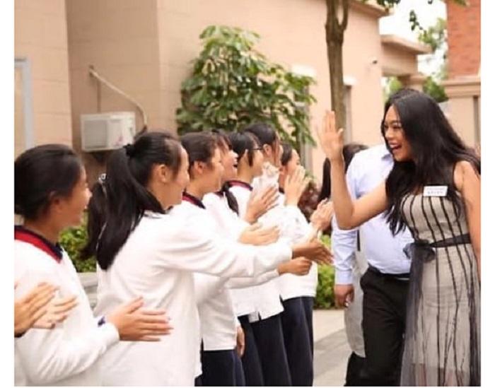 https: img-k.okeinfo.net content 2018 11 27 194 1983376 keseruan-alya-nurshabrina-mengunjungi-salah-satu-sekolah-di-china-GSYf6jKIIL.jpg
