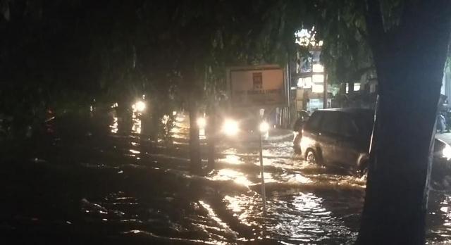 https: img-k.okeinfo.net content 2018 11 27 338 1983702 diguyur-hujan-deras-permukiman-warga-di-bekasi-banjir-EXwcyv2sZU.jpg