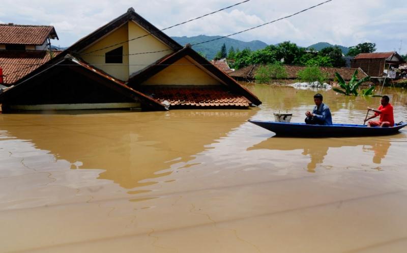https: img-k.okeinfo.net content 2018 11 28 244 1983799 banjir-kepung-jembrana-tembok-rumah-warga-ambruk-diterjang-air-bah-nYRRplhGbG.jpg