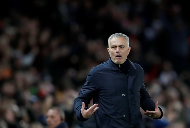 Banting Kerat Botol, Mourinho Terhindar dari Sanksi UEFA