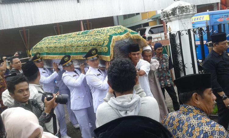 https: img-k.okeinfo.net content 2018 11 29 340 1984358 jenazah-ayah-zumi-zola-dimakamkan-di-komplek-pemakaman-keluarga-0WAKUOsU8A.JPG
