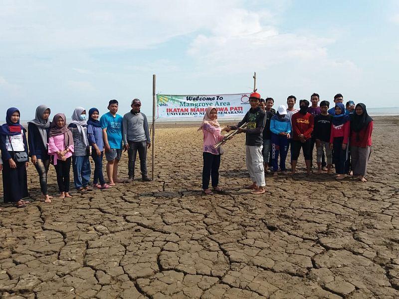 https: img-k.okeinfo.net content 2018 11 30 65 1984861 tanam-bibit-mangrove-bentuk-kepedulian-mahasiswa-jaga-ekosistem-laut-1QXOTdZhvi.jpg