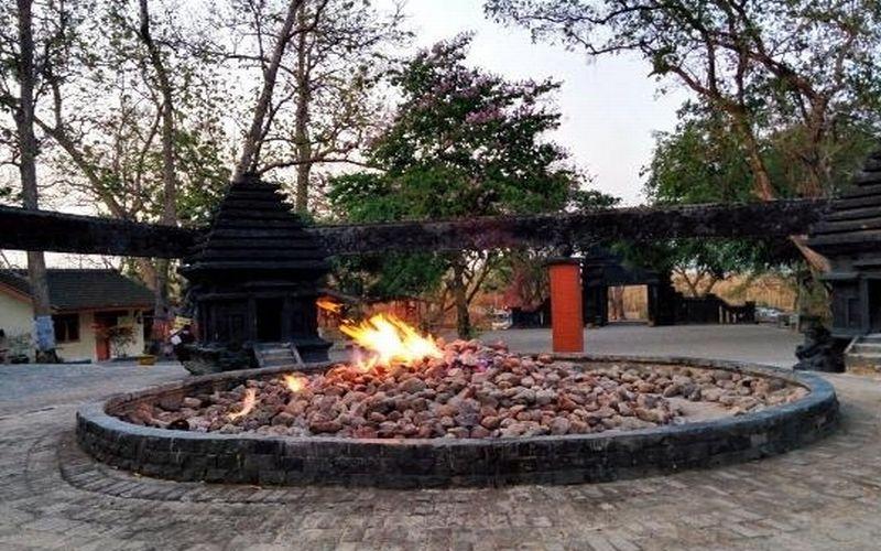 https: img-k.okeinfo.net content 2018 12 02 406 1985870 keajaiban-wisata-api-abadi-kayangan-api-tak-padam-meski-hujan-menerjang-Qv2W17alx5.jpg