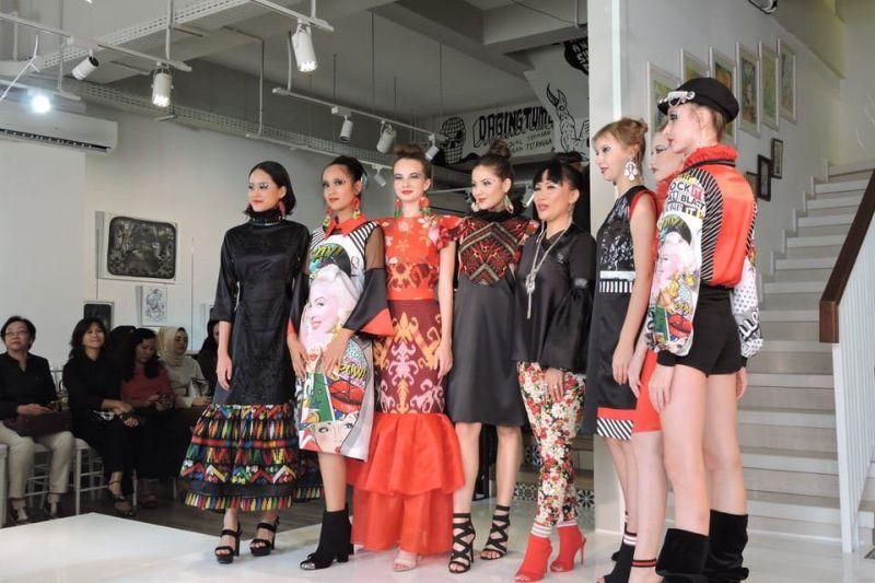 https: img-k.okeinfo.net content 2018 12 03 194 1986080 new-york-fashion-week-maggie-hutauruk-eddy-pamerkan-busana-ala-marilyn-monroe-4v9OeCAvTG.jpg
