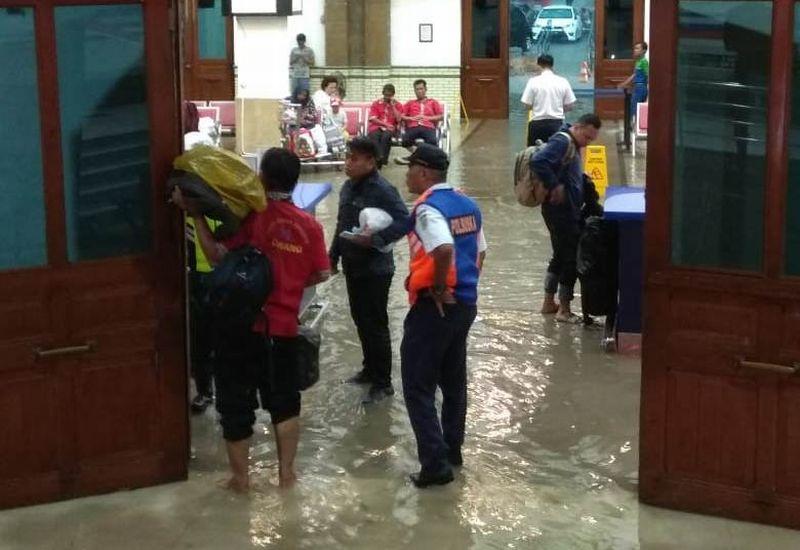 https: img-k.okeinfo.net content 2018 12 03 512 1986293 hujan-deras-stasiun-semarang-tawang-kebanjiran-CfJh4mQHrh.jpg