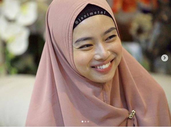 https: img-k.okeinfo.net content 2018 12 04 194 1986481 cantiknya-ratu-wushu-indonesia-pakai-syar-i-kini-sudah-menikah-lho-ZTwJUaPngw.png