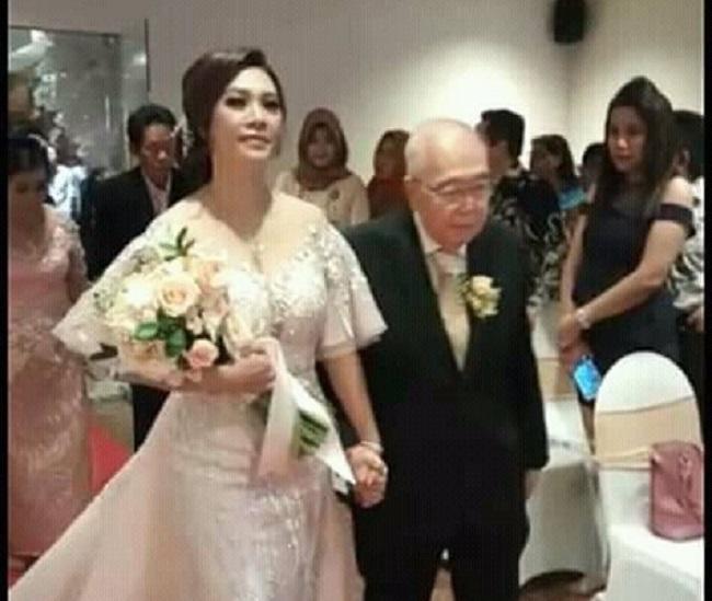 https: img-k.okeinfo.net content 2018 12 04 196 1986605 komisaris-jamu-cap-jago-menikah-di-usia-84-tahun-netizen-semoga-segera-mendapatkan-warisan-yang-melimpah-8hM5FCvcxT.jpeg
