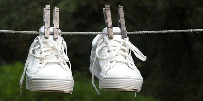 https: img-k.okeinfo.net content 2018 12 05 194 1987193 tips-mudah-merawat-sneakers-putih-di-musim-hujan-biar-kinclong-terus-KjmFvb4ySe.jpg