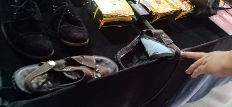 https: img-k.okeinfo.net content 2018 12 07 337 1988076 petugas-gagalkan-penyelundupan-sabu-2-kg-di-dalam-sepatu-8qoC5AOfng.jpg