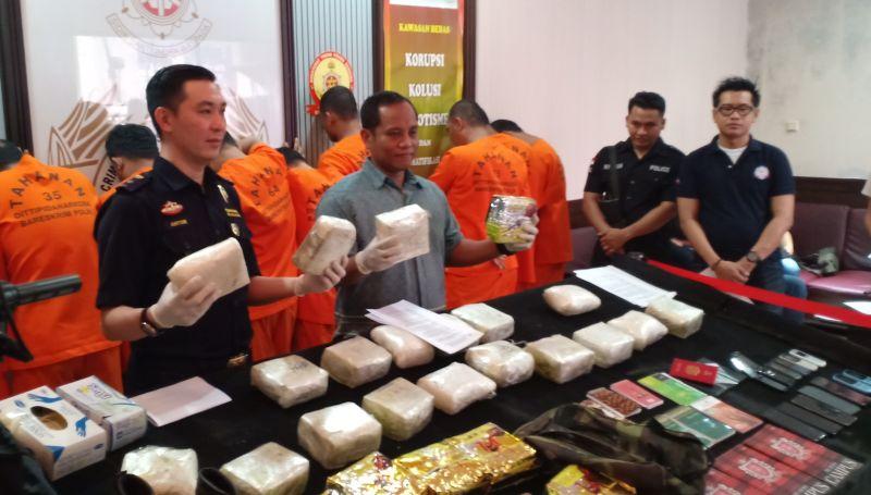 https: img-k.okeinfo.net content 2018 12 07 337 1988109 polisi-berhasil-amankan-20-kg-sabu-jaringan-malaysia-di-merak-B9KTS77Ysu.jpg