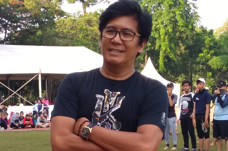 https: img-k.okeinfo.net content 2018 12 08 33 1988533 denny-malik-ciptakan-lagu-khusus-untuk-kongres-kebudayaan-indonesia-ke-100-CbNrTd8YDS.jpg