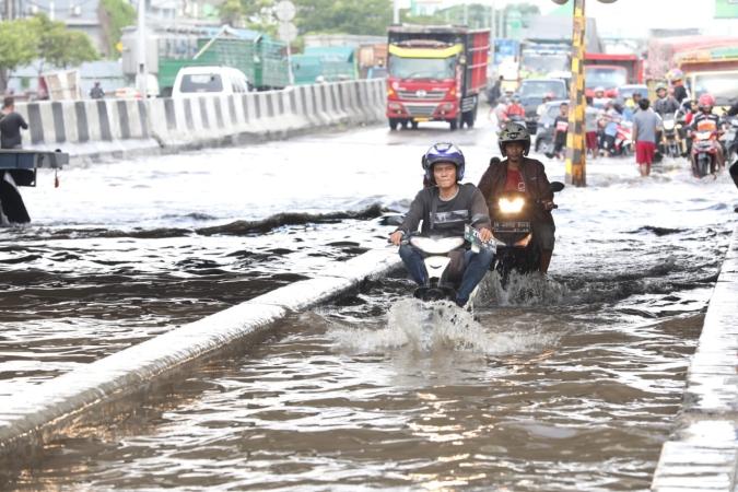 https: img-k.okeinfo.net content 2018 12 09 512 1988684 cerita-warga-semarang-yang-rumahnya-mendadak-terendam-banjir-1-meter-YCBNtBMgIS.jpg