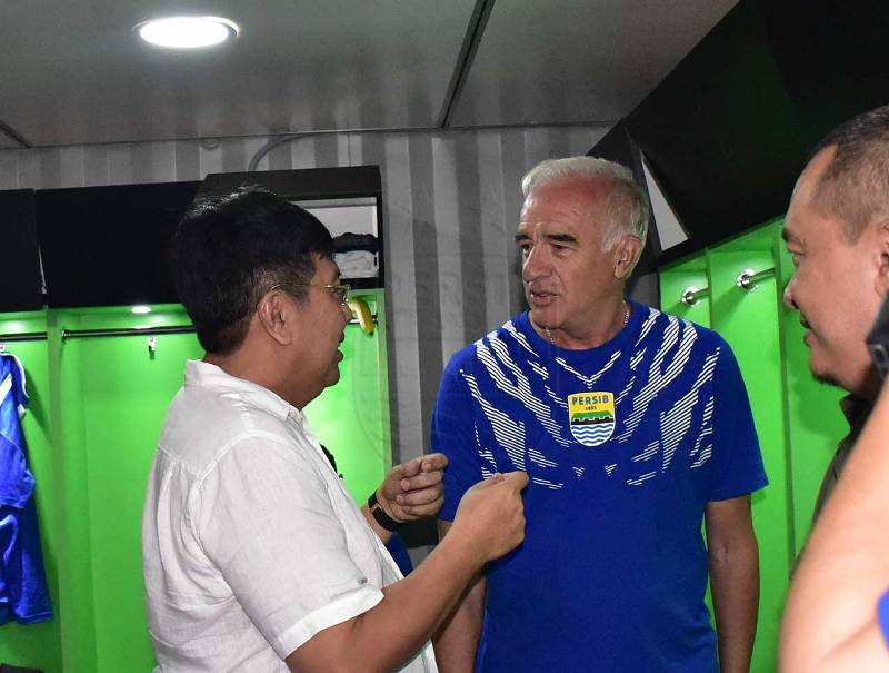 https: img-k.okeinfo.net content 2018 12 10 49 1989015 pelatih-persib-beberkan-kesan-pertamanya-berkiprah-di-indonesia-guI6iyk2nW.jpg