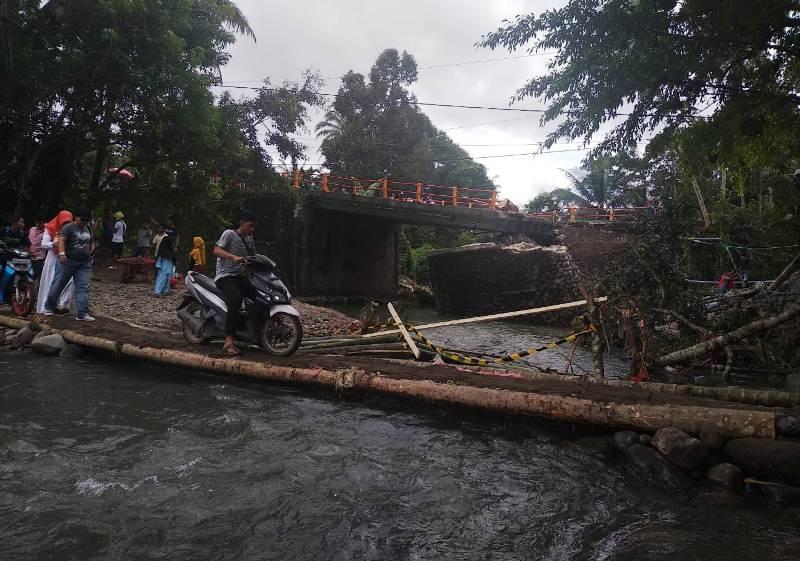 https: img-k.okeinfo.net content 2018 12 11 340 1989847 jembatan-darurat-padang-bukittingi-hanya-bisa-dilalui-sepeda-motor-dan-pejalan-kaki-cCD9GeXkX6.jpg