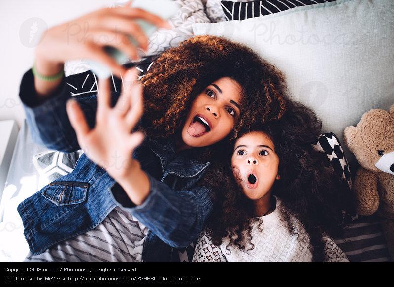 https: img-k.okeinfo.net content 2018 12 12 196 1990081 perilaku-orangtua-sering-posting-foto-anak-di-media-sosial-ini-kata-psikolog-YyvmwylFTM.jpeg