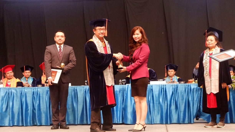 https: img-k.okeinfo.net content 2018 12 13 65 1990620 mnc-sekuritas-terima-penghargaan-binus-alumni-award-pFpjgbirHl.jpg