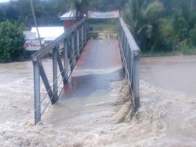 https: img-k.okeinfo.net content 2018 12 14 608 1991315 jembatan-ambruk-imbas-curah-hujan-tinggi-di-pahae-tapanuli-utara-RoPtw1FeHW.jpg