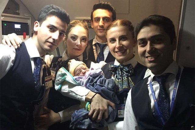 https: img-k.okeinfo.net content 2018 12 15 18 1991622 penumpang-asal-kongo-lahirkan-bayinya-dalam-penerbangan-ke-istanbul-O1dskiJHIF.jpg