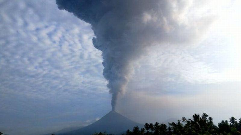 https: img-k.okeinfo.net content 2018 12 16 340 1991951 kembali-meletus-gunung-soputan-semburkan-abu-vulkanik-hingga-7-500-meter-pwK67Fvbit.jpg