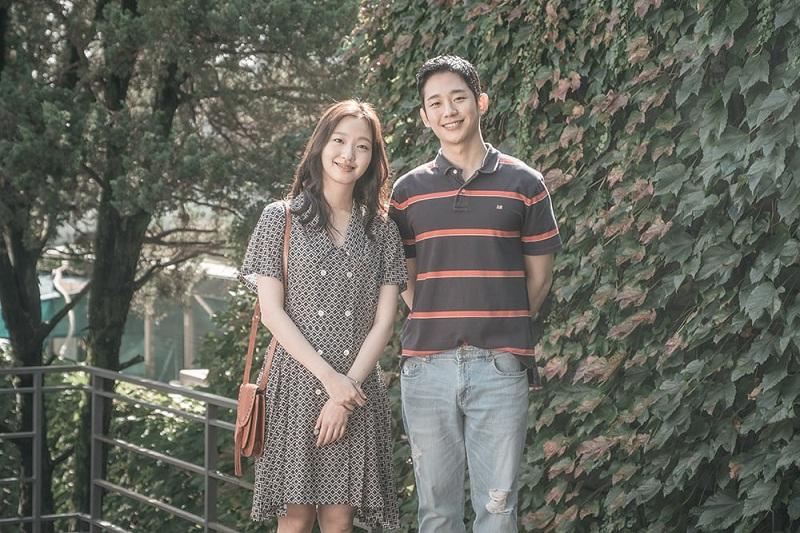 https: img-k.okeinfo.net content 2018 12 21 206 1994514 jung-hae-in-kim-go-eun-beberkan-pengalaman-syuting-film-yoo-yeol-s-music-album-CL9Xv6P7jm.jpg