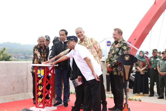 https: img-k.okeinfo.net content 2018 12 21 320 1994309 presiden-jokowi-jalan-tol-760-km-rampung-ini-sejarah-baru-transportasi-indonesia-L7o2aMXcOh.jpg