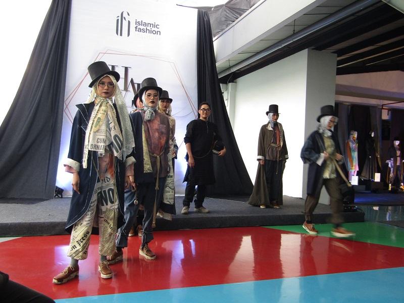 https: img-k.okeinfo.net content 2018 12 25 194 1995662 berkenalan-dengan-m-firman-nurimansyah-lulusan-pria-pertama-dari-sekolah-fashion-ifi-6zRGYROEiJ.JPG