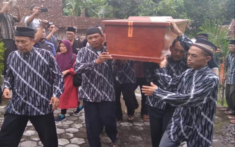 https: img-k.okeinfo.net content 2018 12 25 33 1995747 jenazah-drumer-seventeen-akan-di-makamkan-di-yogyakarta-W5nkYm2adL.jpg